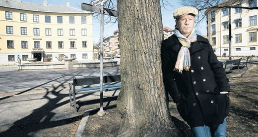 Magne standing in front of a fountain at Briskeby in Oslo, which is an important site in the novel (Picture from VG)