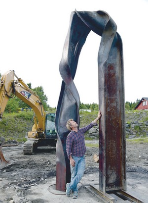 Magne and his sculpture (Picture from Budstikka)